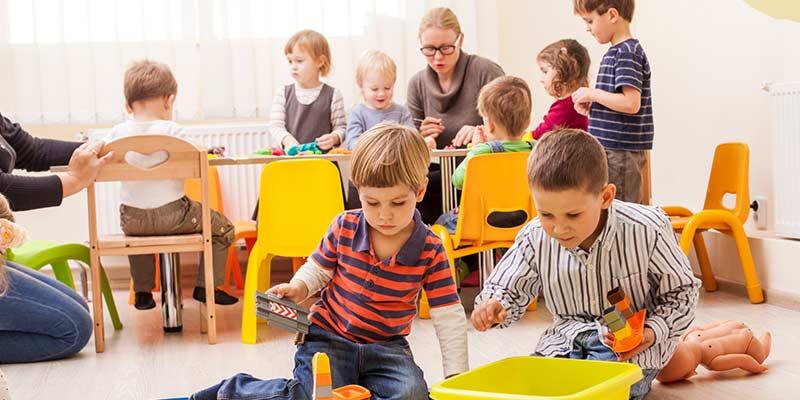 Kinder spielen im Kindergarten