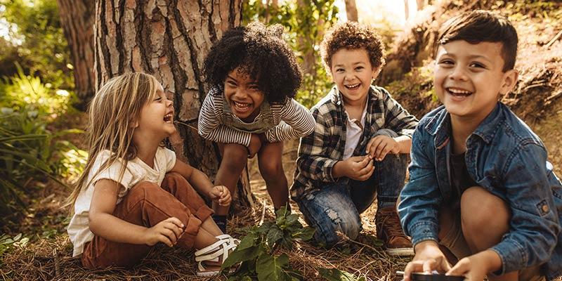 lachende Kindergruppe beim Waldbaden