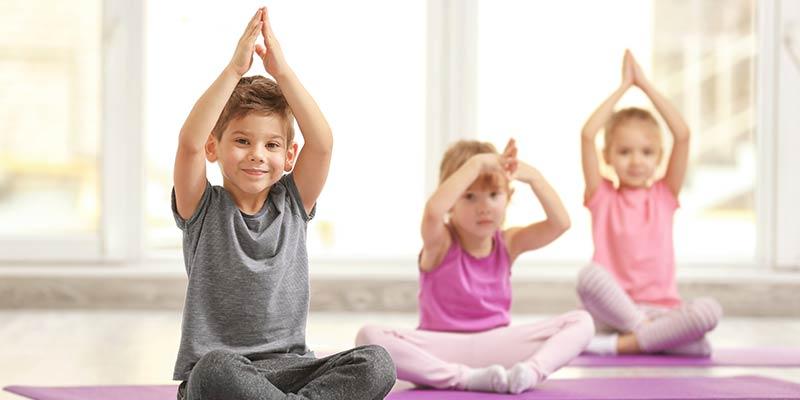 Eine Gruppe von Kindern macht Gymnastikübungen
