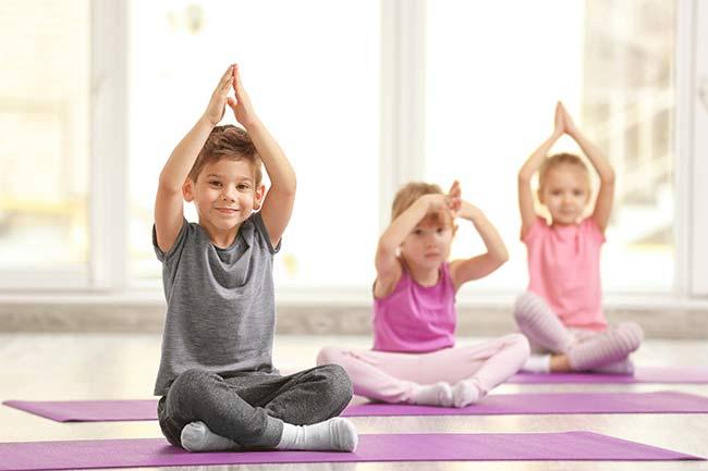 Kids machen Gymnastikübungen